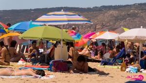 sous les parasols sur la plage