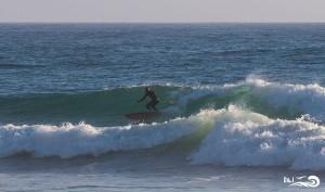 sup dans les vagues portugal